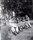 Wies Dekkers, (tweede van rechts) zittend op de trappen van een schuilkelder in het Bredase stadspark Valkenberg. De foto is waarschijnlijk van kort voor de oorlog.