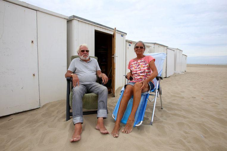 Willy Grymonpré en echtgenote Laurette Vanhooren aan hun strandcabine.
