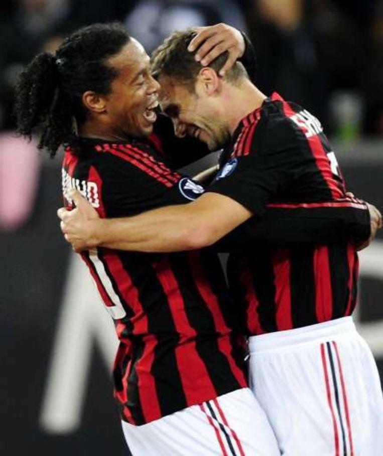 Ronaldinho omhelst Shevchenko: gezondheidswandeling voor Milan in Zürich. Beeld UNKNOWN