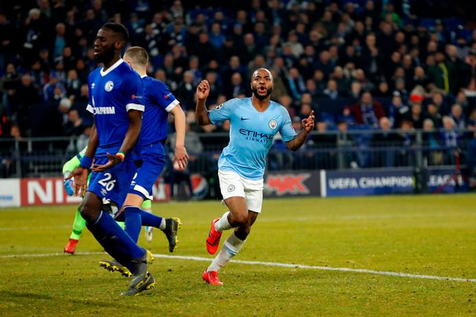 Raheem Sterling loopt juichend weg nadat hij City in de slotfase op 2-3 heeft gezet.