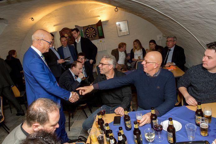 Harry de Vries (links) eind vorig jaar tijdens de allerlaatste vergadering van de gemeenteraad van Neerijnen.