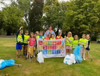 Kinderen van Sint-Lutgardisschool ruimen zwerfvuil op
