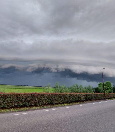 Stortregen, onweer en een prachtige rolwolk boven West-Brabant, KNMI kondigt code geel af