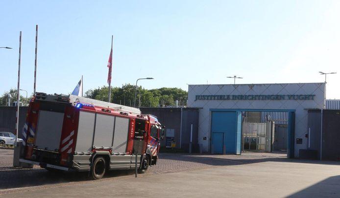 Brandweer vrijdagavond bij de PI in Vught, waar een celbrand was.