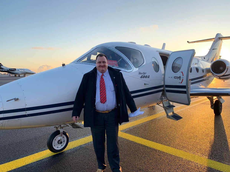 Meesteroplichter Piet Van Haut, foto bij privéjet voor vertrek naar Auckland (Nieuw-Zeeland) Beeld RV