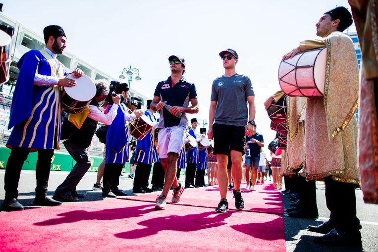 Stoffel met Carlos Sainz op 25 juni in Azerbeidzjan. Beeld getty