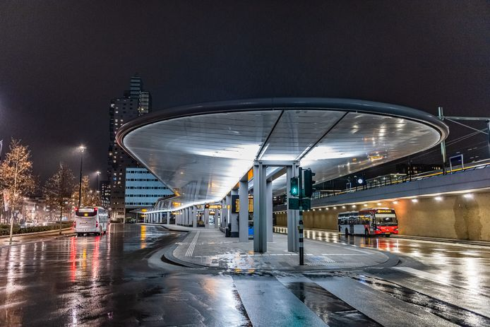 Verlaten busstation bij Tilburg station.