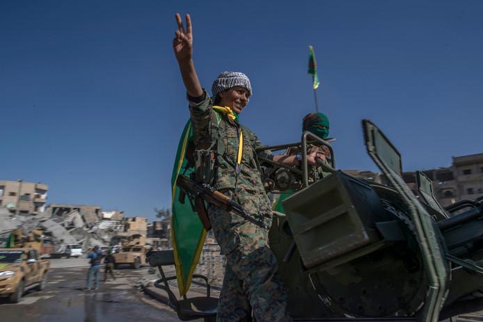 Overwinnaars op IS vieren feest in Raqqa. (AP Photo/Gabriel Chaim)