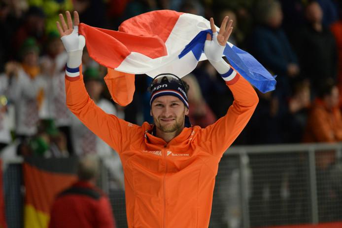 Thomas Krol viert zijn wereldtitel op de 1500 meter op het WK afstanden schaatsen in Inzell.