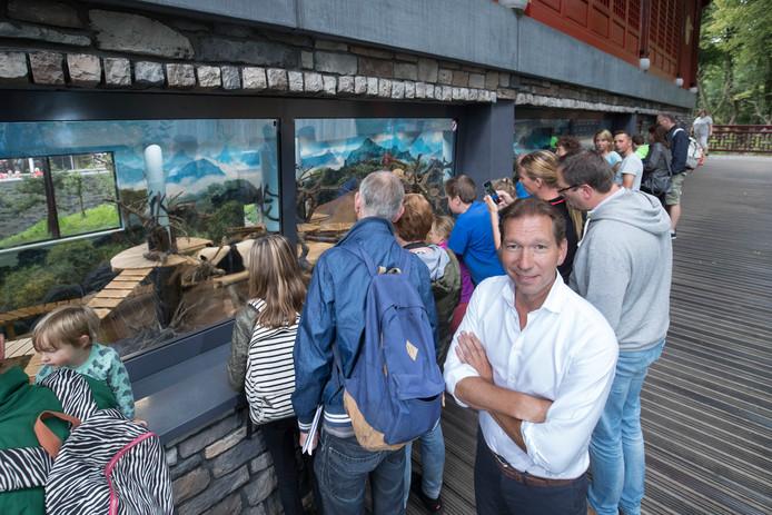 Directeur Robin de Lange bij het pandaverblijf.