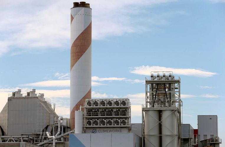 Het Zwitserse Climeworks, een fabriek waar CO2 uit de lucht gezogen wordt. Beeld REUTERS