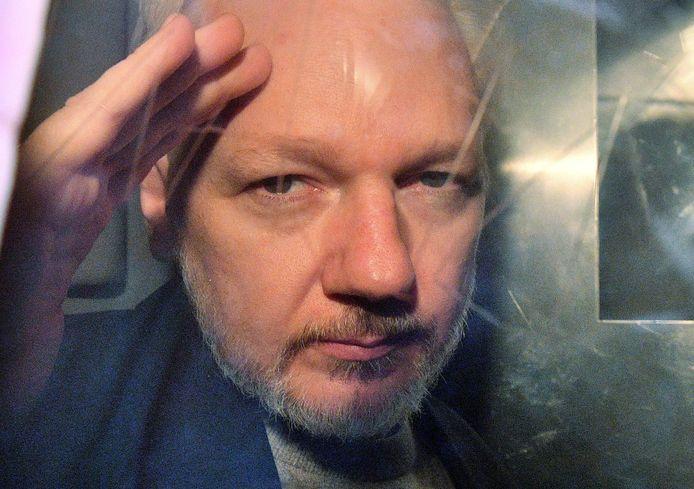 WikiLeaks-oprichter Julian Assange maakte in mei van dit jaar gebaren vanuit het raam van een gevangenisbusje.