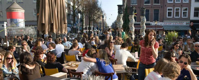 Een vol terras op het Gerard Douplein in De Pijp. Beeld Floris Lok