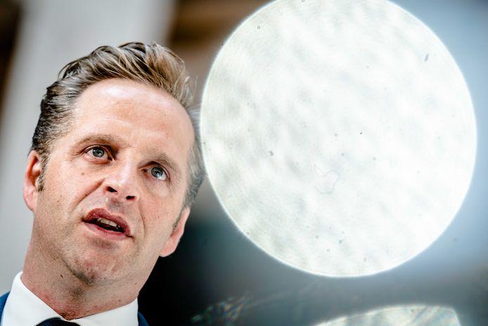 Demissionair minister Hugo de Jonge van Volksgezondheid, Welzijn en Sport start symbolisch een update van de CoronaCheck app. De update maakt het mogelijk om een vaccinatiebewijs op te halen.