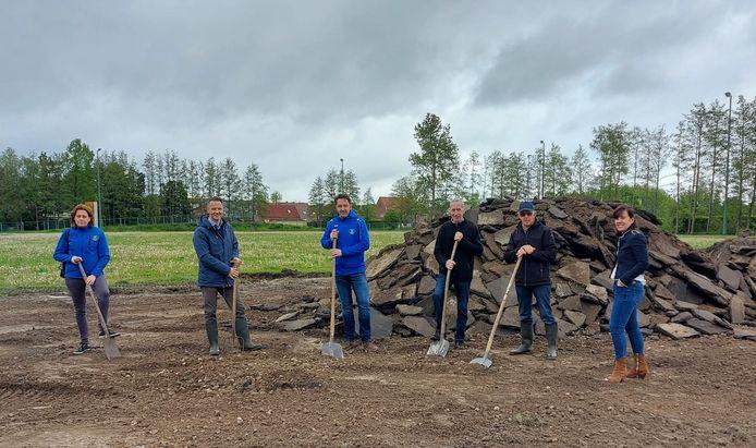 De bestuursleden van ARAC, burgemeester Kristof Hendrickx en schepen van Sport An Hermans staan klaar voor de eerste spadesteek van de nieuwe piste.