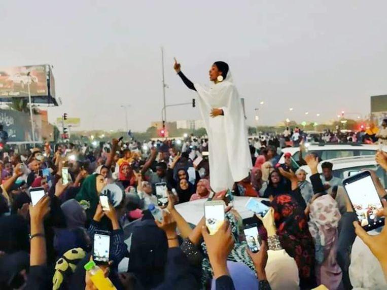Lana Haroun maakte de foto van Alaa Salah tijdens een van de demonstraties in Sudan die de wereld rondging. Beeld rv