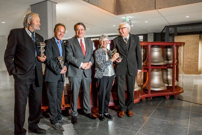 Laureaten Cor Swanenberg (links), Peter Dictus en Gerard en Corrie van Beurden samen met commissaris van de Koning Wim van de Donk (in het midden).
