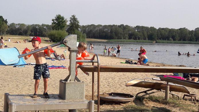 Kinderen spelen bij recreatieplas De Groene Heuvels.