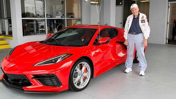 Cook bij zijn splinternieuwe Corvette C8.