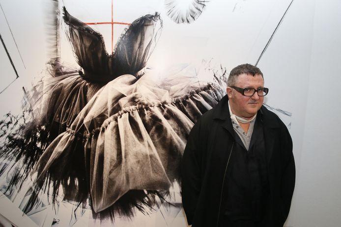 Alber Elbaz, lors d'une exposition sur ses oeuvres, à Paris, en 2015