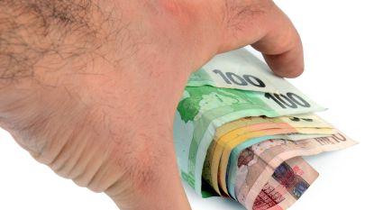 Mannelijke poetshulp steelt geld uit spaarpot, maar wordt betrapt door camera