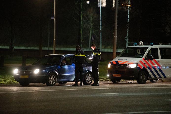 De politie controleert de inzittenden van een auto in Nijmegen.