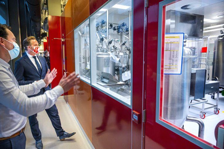 Minister Hugo de Jonge bezocht in 2020 de plasmafabriek van Sanquin. De bloedbank heeft 4000 doses met antistoffen tegen het coronavirus geproduceerd uit gedoneerd bloed. Beeld ANP