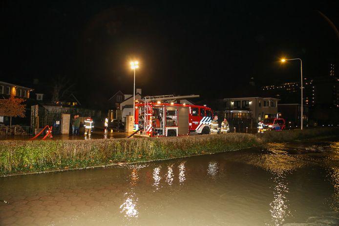 Flinke wateroverlast op de Langeweg tussen Zwijndrecht en Hendrik-Ido-Ambacht door een storing in waterleiding.