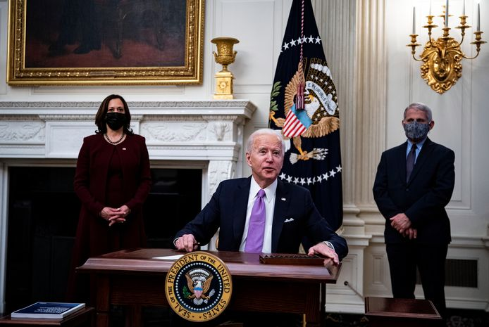Le président américain Joe Biden avec la vice-présidente américaine Kamala Harris, à gauche, et Anthony Fauci, directeur de l'Institut national des allergies et des maladies infectieuses, à droite, lors de la présentation de son plan d'intervention pour lutter contre la COVID-19 à la Maison Blanche de Washington.