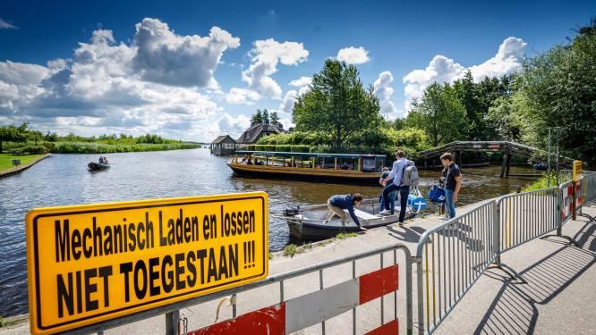 Loswal in Giethoorn met hekken afgezet om mechanisch laden en lossen te blokkeren