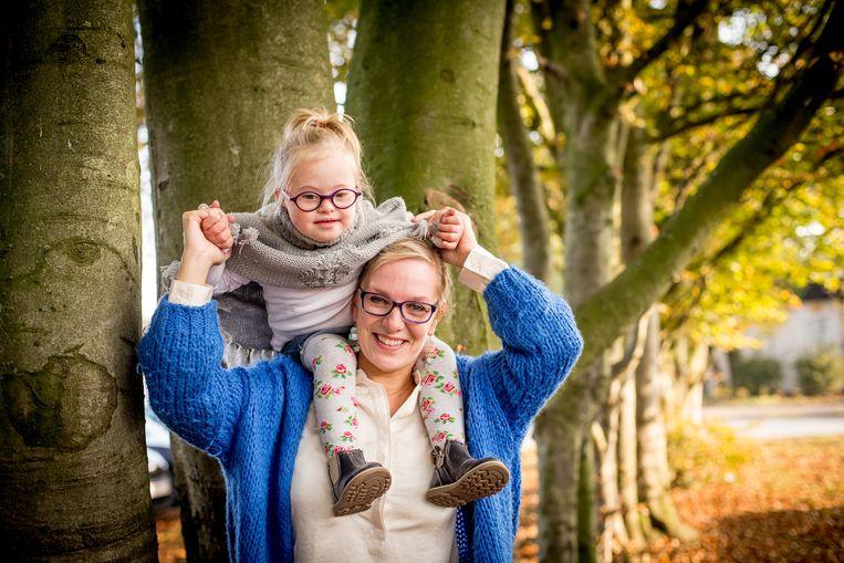 Ella-Louise (4) met haar mama Chadia Cambie. Uit testen blijkt dat ze achterstand oploopt in de klas. Beeld Joost De Bock