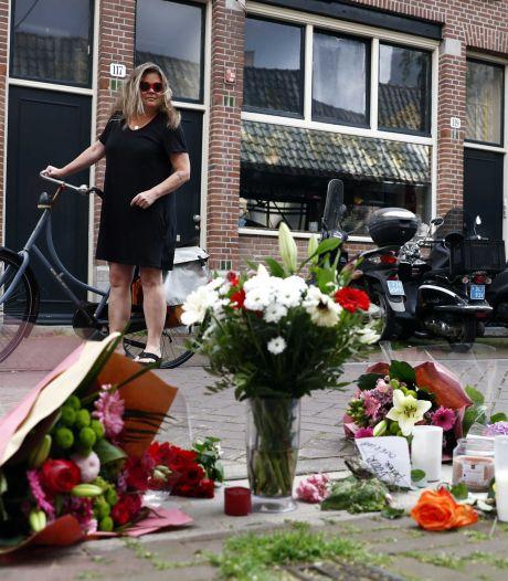 Bloemen op trappen gerechtshof Leeuwarden als eerbetoon voor Peter R. de Vries