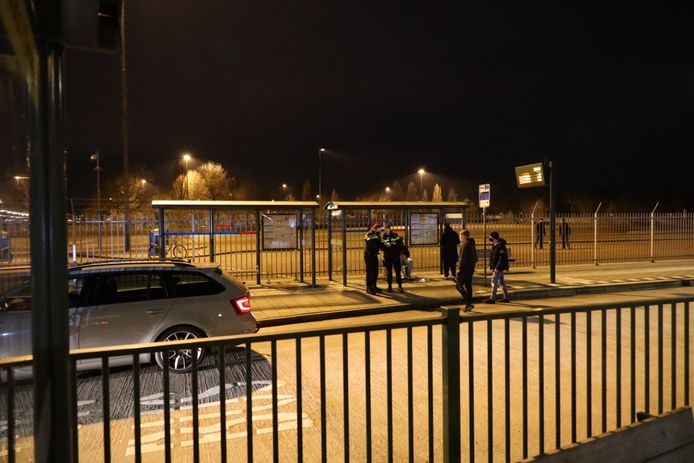 Een groep staat paraat om mogelijke rellen de kop in te drukken in Kaatsheuvel.