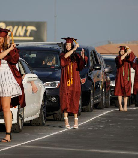 Hoeveel familie past er in één auto? KSE reikt diploma's uit in drive-thru