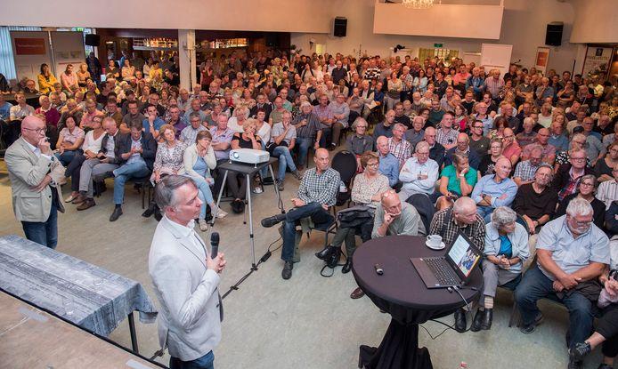 Drukte bij de bijeenkomst in gemeenschapshuis Trefpunt in Milsbeek voor de infoavond over de Lob van Gennep door het waterschap.