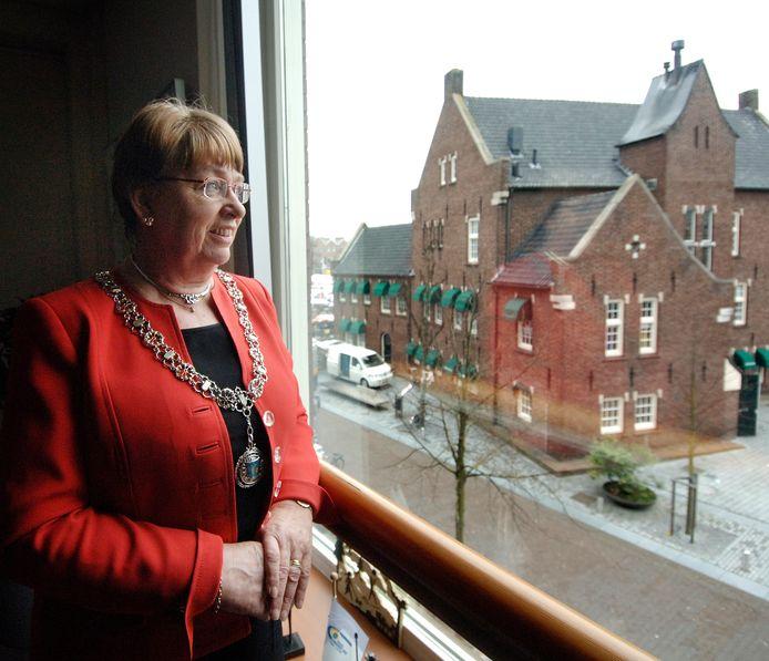 Joke Kersten kijkt vanuit de burgemeesterskamer uit over Uden, anno 2009.