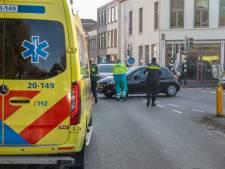 Fietsster gewond naar ziekenhuis na aanrijding met auto in Roosendaal