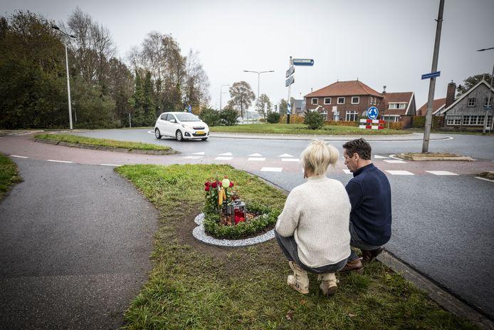 Monique en Erik Bloemendaal bij het recent vernieuwde bermmonument voor Bart in de vorm van een hart bij de rotonde in Reutum.