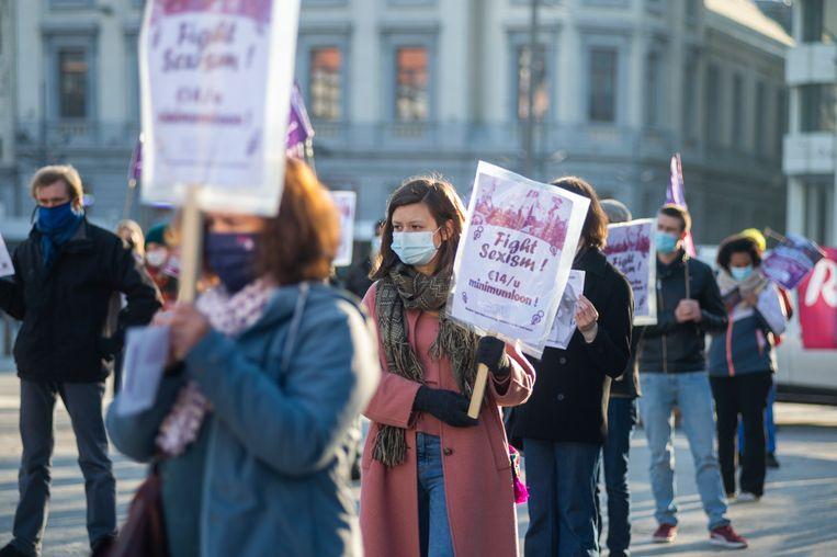 Vorig jaar in november hield de campagne ROSA nog een actie aan de Groenplaats tegen seksisme en geweld tegen vrouwen. Uit cijfers blijkt dat acht op de tien plaatsen mijden uit angst. Beeld Klaas De Scheirder