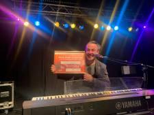 Zwolse stationspianist beste singer-songwriter van Dronten met nummer over zijn overleden broer