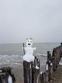 Bea van Manen maakte een sneeuwpop op het strand van Breskens.