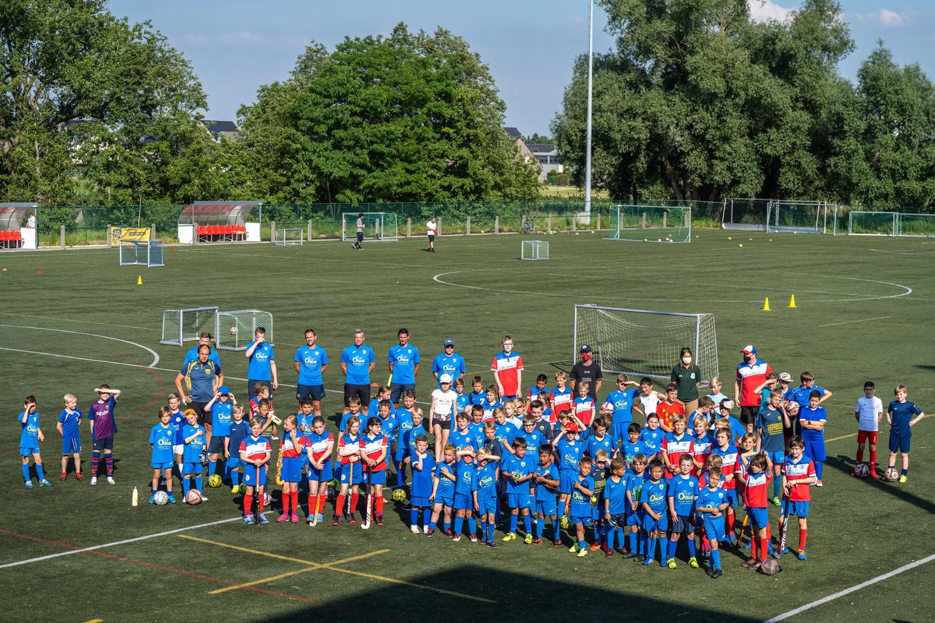 """De sportclubs toonden zich samen op het kunstgrasveld in Sint-Gillis om een signaal te geven. """"De nood is hoog"""", klinkt het."""