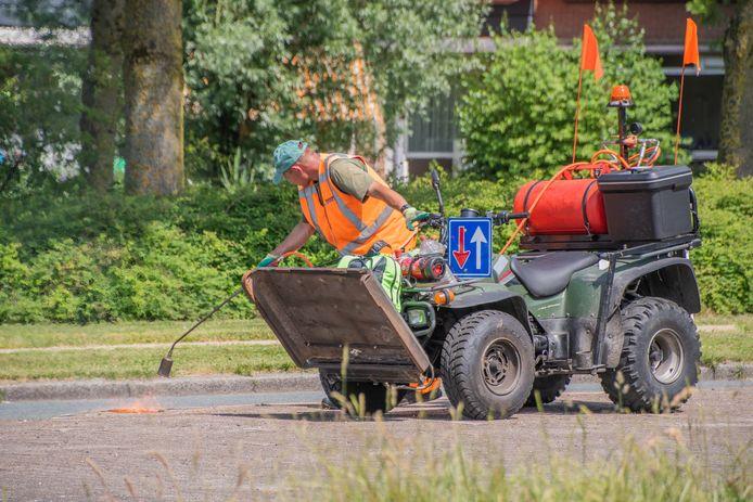 Nabij de Hollandbaan in Woerden werd onlangs het onkruid weggebrand.