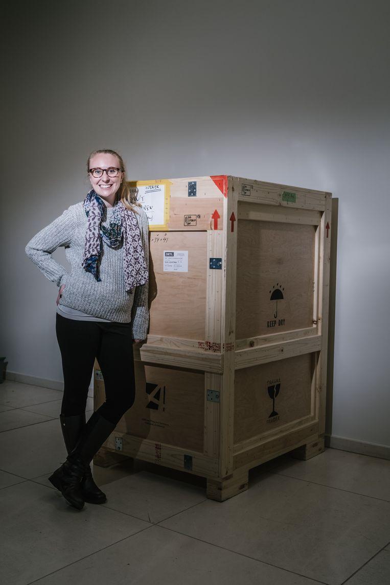 Nicole Manis bij de kist waar R2D2 in verpakt zit. Beeld Wouter Van Vooren