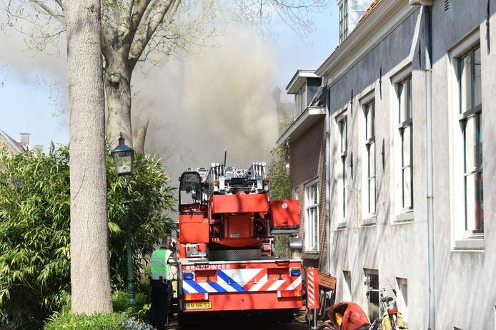 De brand in IJsselstein kost veel moeite om te blussen.
