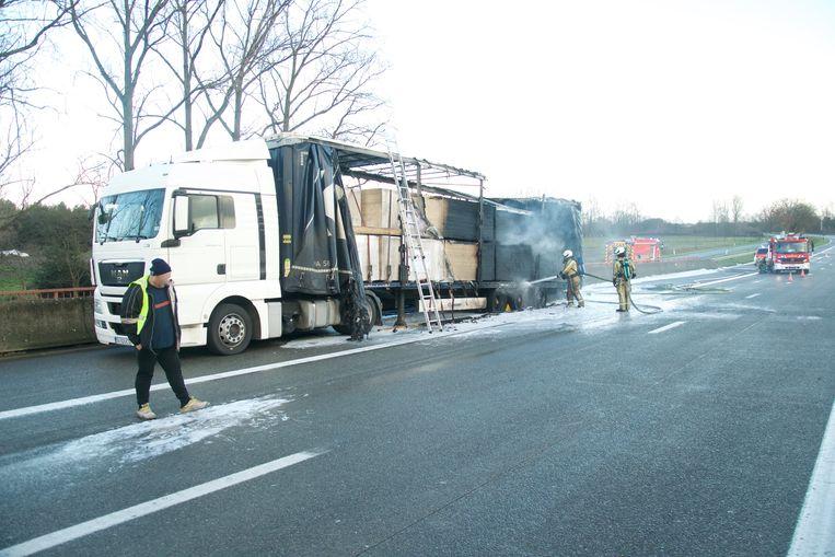 De brandweer kreeg het vuur onder controle, maar heeft nog veel werk met het opruimen van de weg.