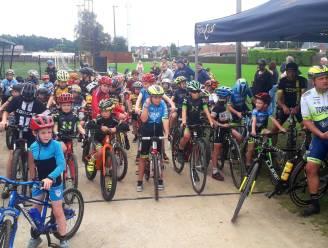 """Bart en Geert Wellens rijden rondjes met kinderen en G-sporters op veldritparcours in Vorselaar: """"Ze beleven de dag van hun leven op de fiets"""""""