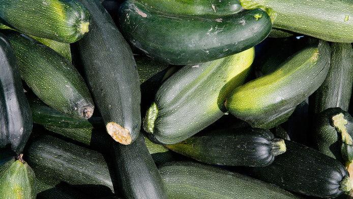 Wie courgettes kweekt, doet er goed aan eerst een klein rauw stukje te proeven. Wanneer het veel bitterder smaakt, is het foute boel.