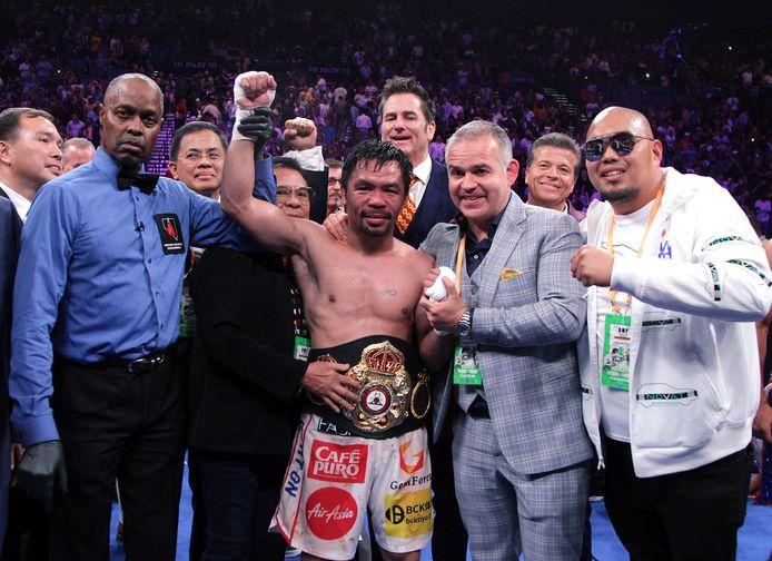 Manny Pacquiao (midden) viert feest nadat hij de Amerikaanse bokser Keith Thurman versloeg tijdens hun WBA-superwereld titelgevecht weltergewicht in de MGM Grand Garden Arena op 20 juli 2019 in Las Vegas