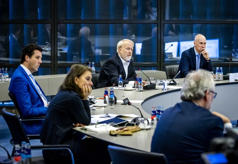 Jaap van Dissel, directeur RIVM, en Ernst Kuipers, voorzitter Landelijk Netwerk voor Acute Zorg, praten kamerleden bij tijdens een technische briefing in de Tweede Kamer over het coronavirus.  Beeld ANP